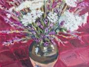 vaso di fiori bianchi e viola