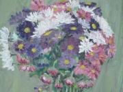 Vaso di fiori bianci, viola e rosa